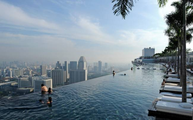 04 Swimming pool on the roof of the hotel «Marina Bay Sands» in Singapore