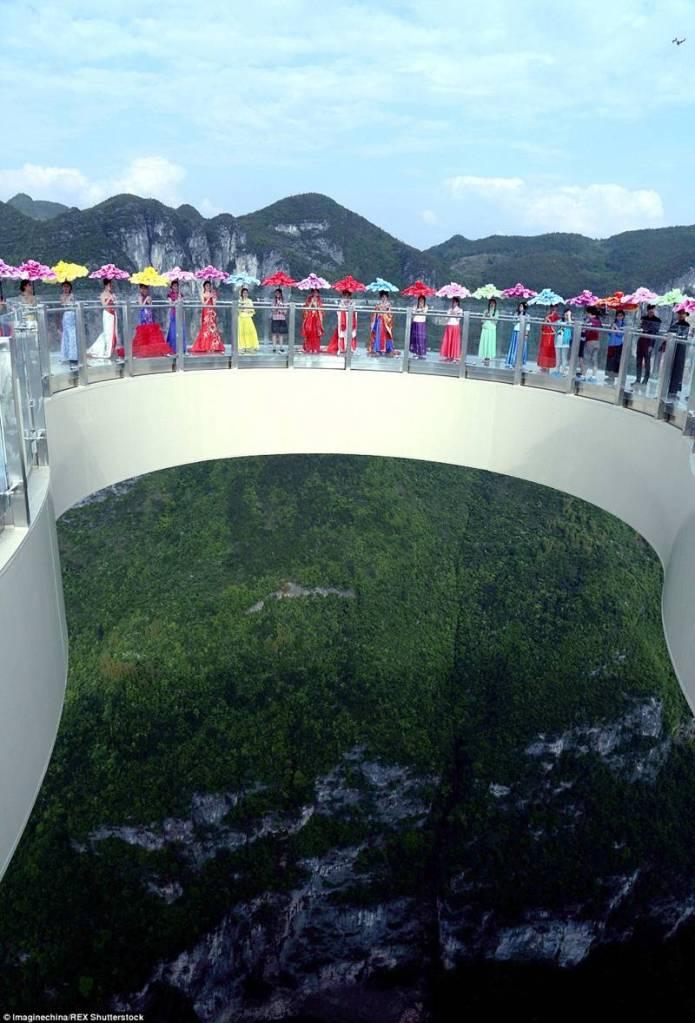 China-Opens-World's-Longest-Skywalk-30