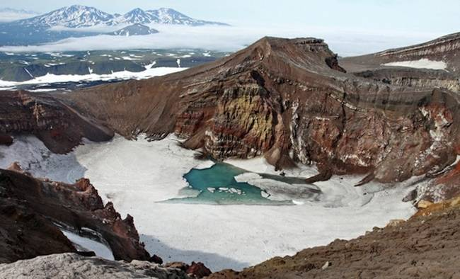 Fascinating-play-of-light-in-a-cave-beneath-the-volcanoes-of-Kamchatka-05