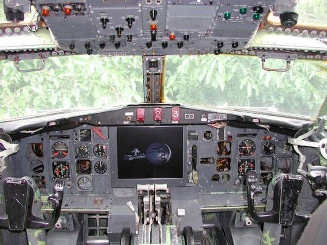 Life-inside-the-aircraft-Boeing-724-25