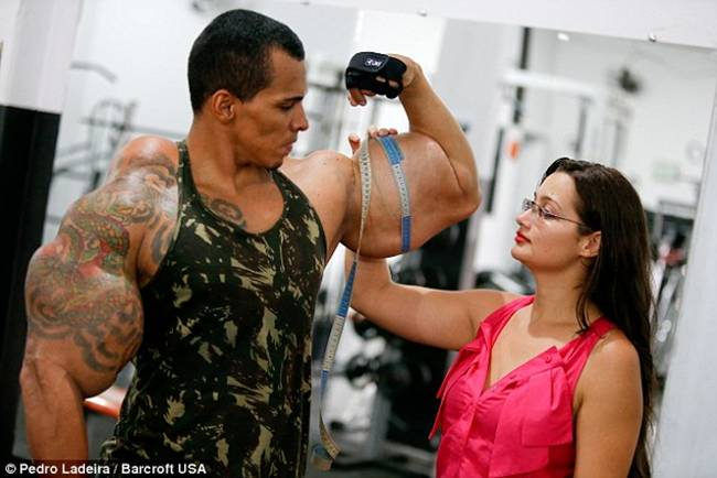 Romario-Dos-Santos-Alves-injecting-oil-and-alcohol-into-his-biceps-02