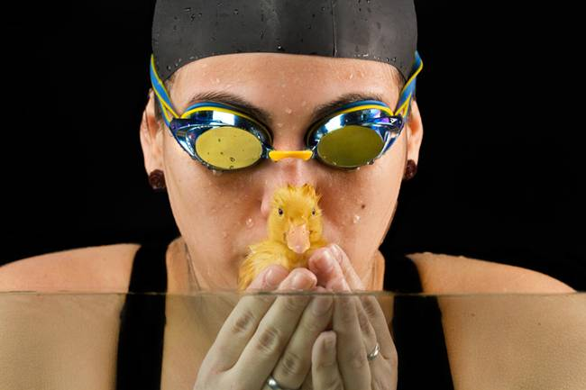 The-Adorable-Friendship-Between-A-Swimmer-And-Her-Duckling-03