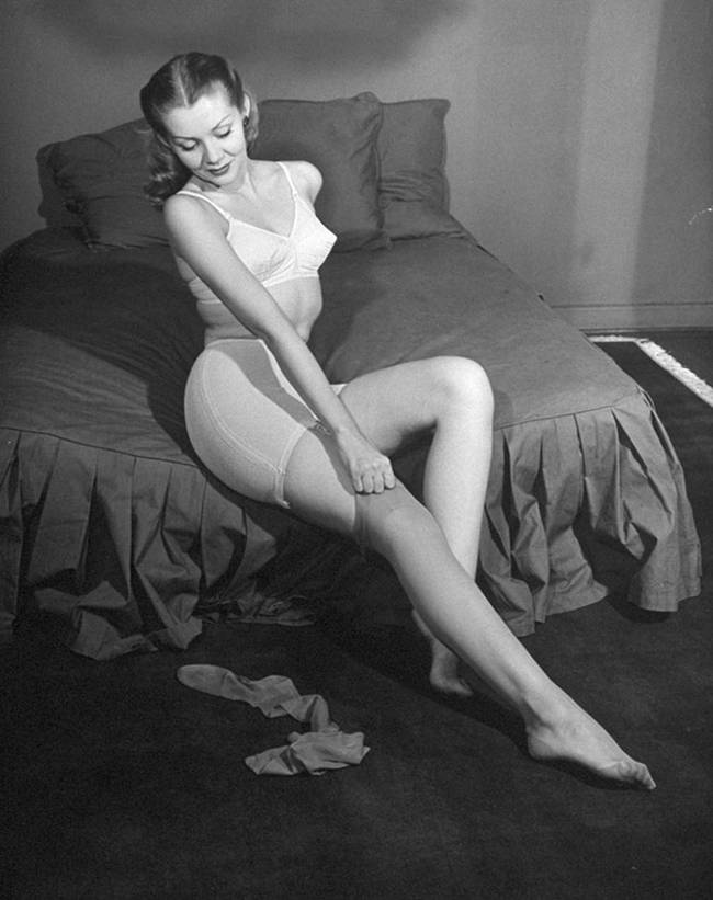 1940-The-first-nylon-stockings-05