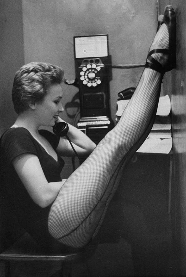 1940-The-first-nylon-stockings-12