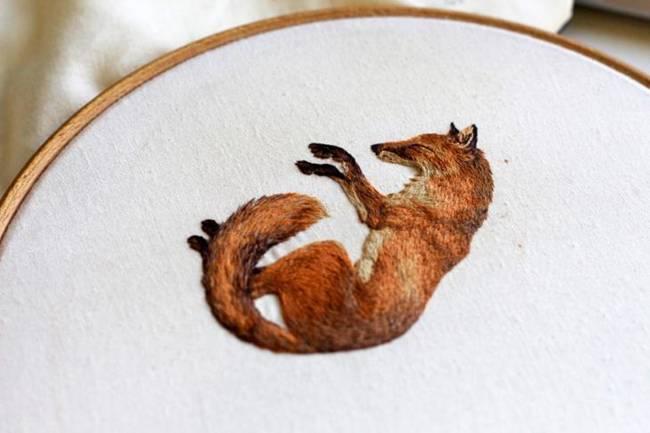 British Artist Chloe Giordano creates spectacular embroidered animals