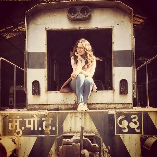 Sonakshi-Sinha_Latest_Selfie-003