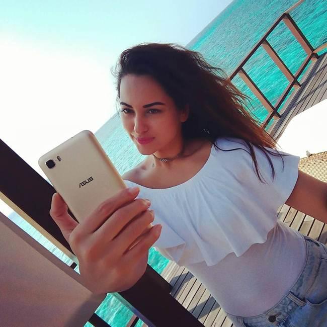 Sonakshi-Sinha_Latest_Selfie-005