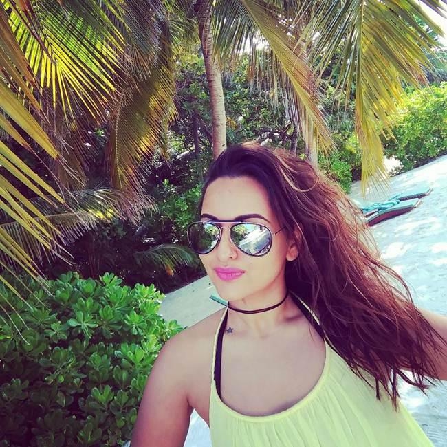 Sonakshi-Sinha_Latest_Selfie-008