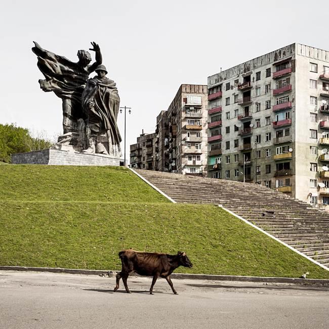 04-Chiatura-Russian-war-memorial-and-apartments