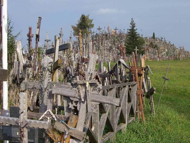 Hill-of-crosses-in-lithuania-002