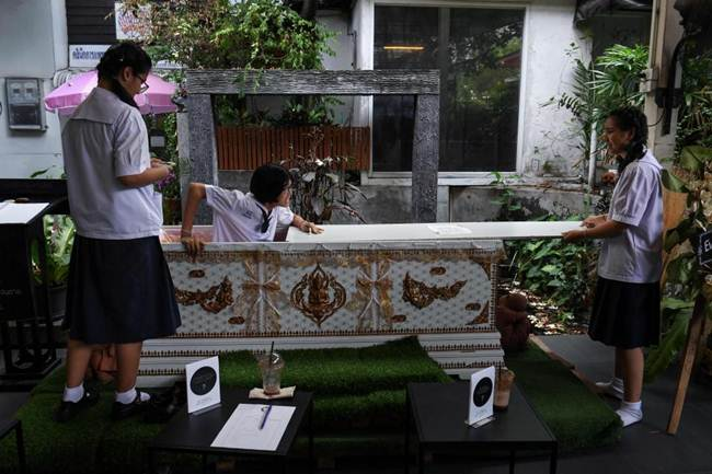 Death-Cafe-in-Bangkok-where-customers-can-relax-in-a-coffin-gudsol-002