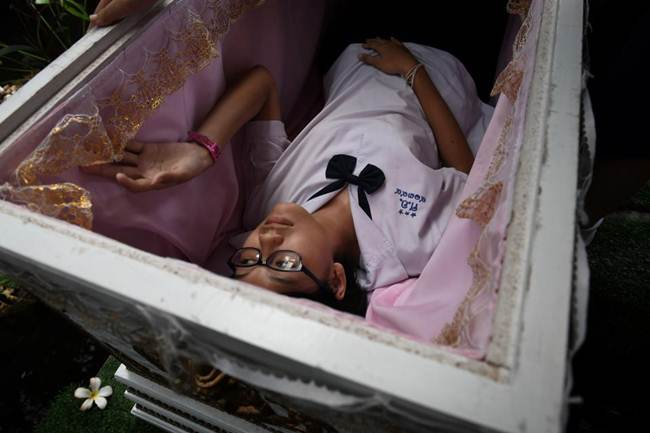 Death-Cafe-in-Bangkok-where-customers-can-relax-in-a-coffin-gudsol-003