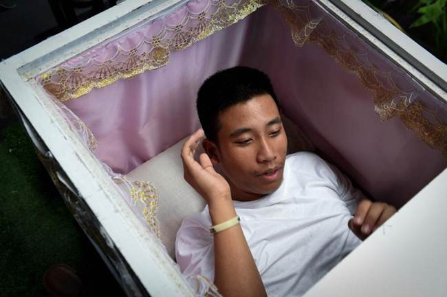 Death-Cafe-in-Bangkok-where-customers-can-relax-in-a-coffin-gudsol-004