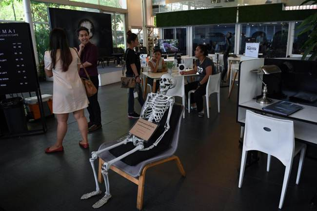 Death-Cafe-in-Bangkok-where-customers-can-relax-in-a-coffin-gudsol-005