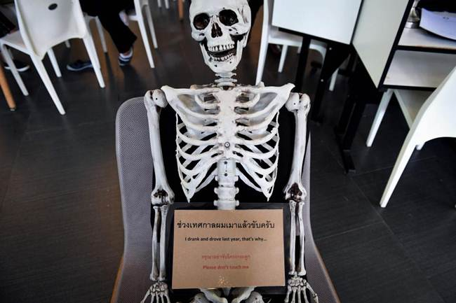 Death-Cafe-in-Bangkok-where-customers-can-relax-in-a-coffin-gudsol-006