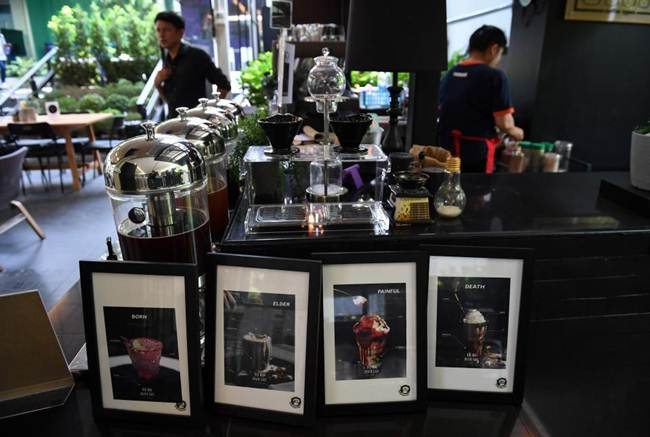 Death-Cafe-in-Bangkok-where-customers-can-relax-in-a-coffin-gudsol-007