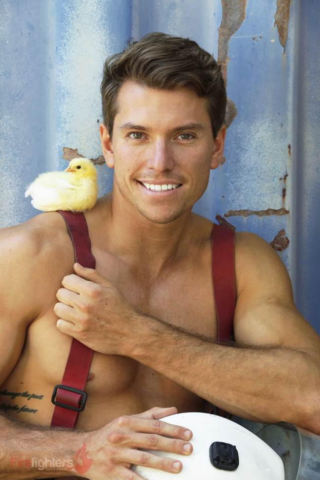 australian_firefighters_with_animals_for_the_calendar_for_2019-031