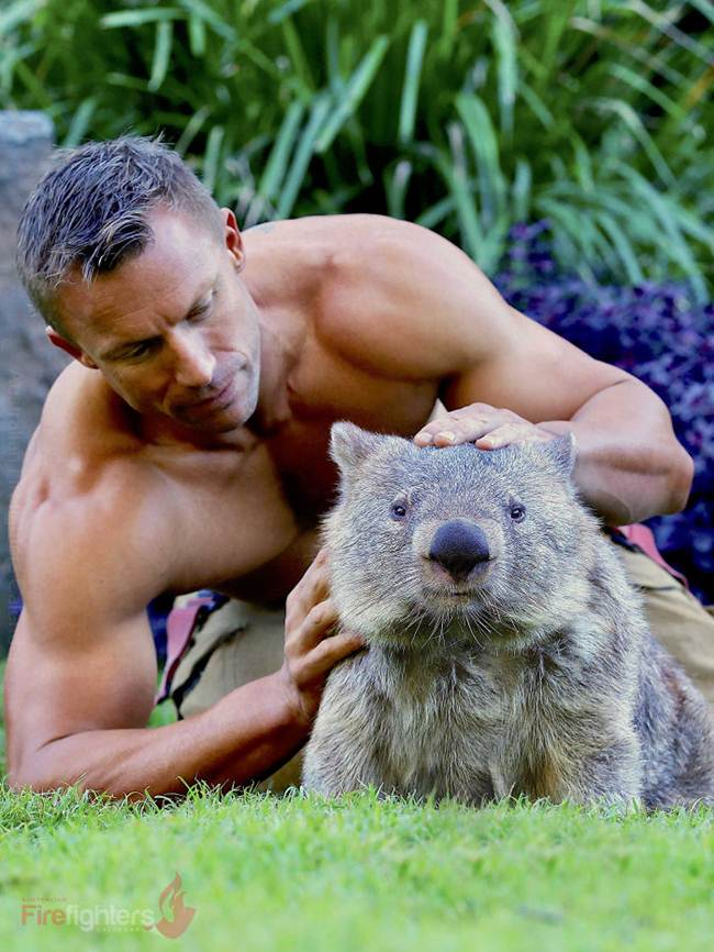 australian_firefighters_with_animals_for_the_calendar_for_2019-044