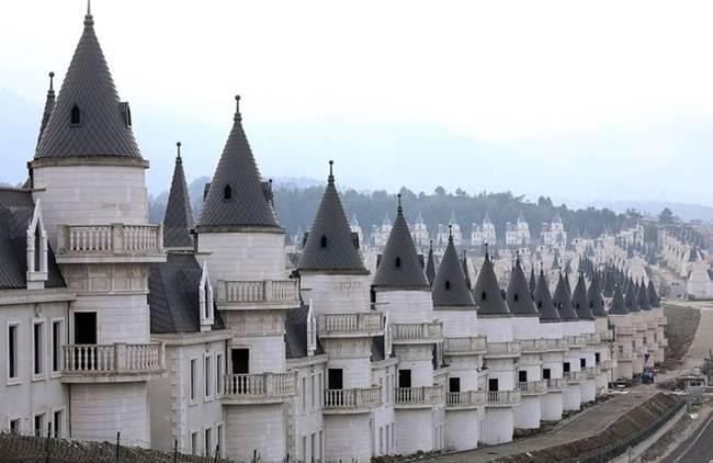 The fairy-tale Turkish town | The world's most bizarre housing development