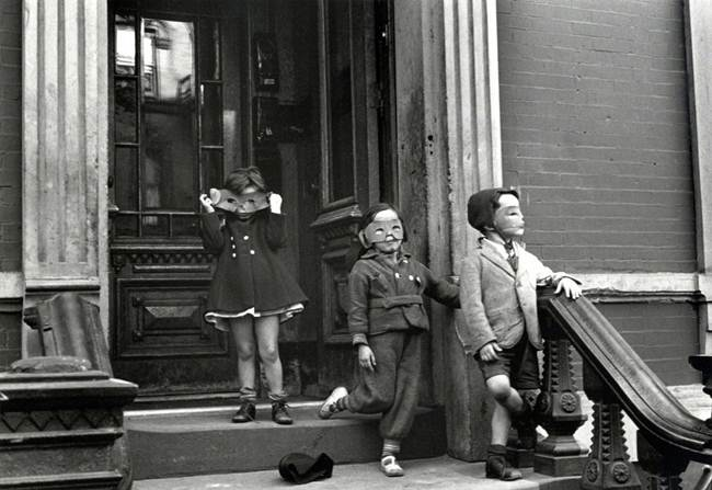 Streets_Of_New_York_1930-80s_Through_The_Eyes_Of_Photographer_Helen-Levitt-011
