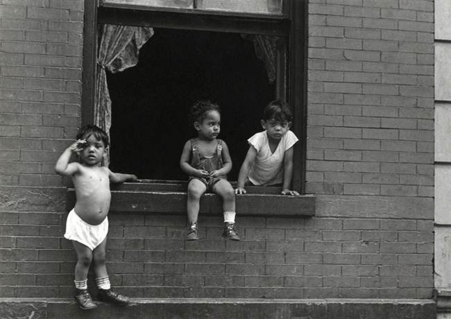 Streets_Of_New_York_1930-80s_Through_The_Eyes_Of_Photographer_Helen-Levitt-012