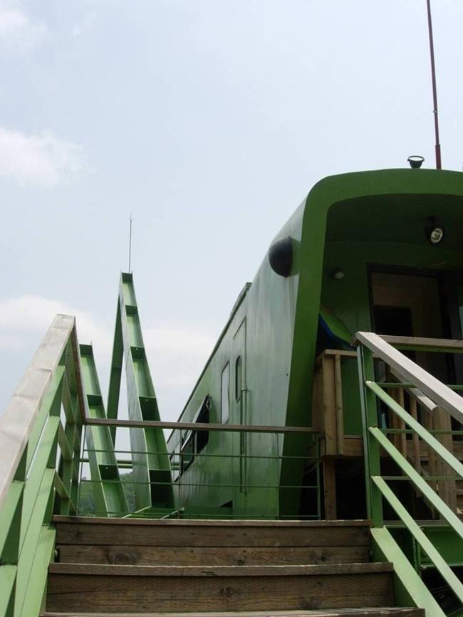 Grasshopper-Shaped_Locomotives_at_a_South_Korean_Cafe-009