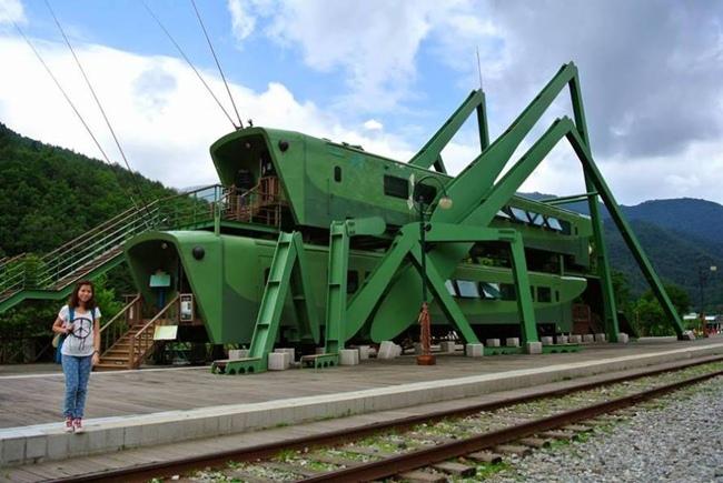 Grasshopper-Shaped_Locomotives_at_a_South_Korean_Cafe-010