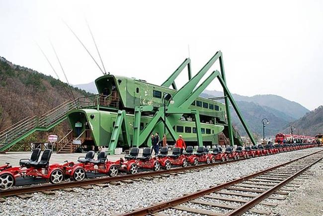 Grasshopper-Shaped_Locomotives_at_a_South_Korean_Cafe-012