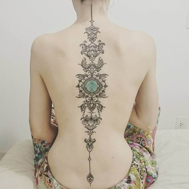 Female-tattoo-on-the-back-009