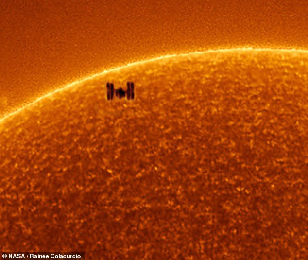 ISS_passes_in_front_of_the_sun-03