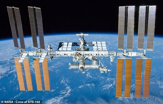 ISS_passes_in_front_of_the_sun-04
